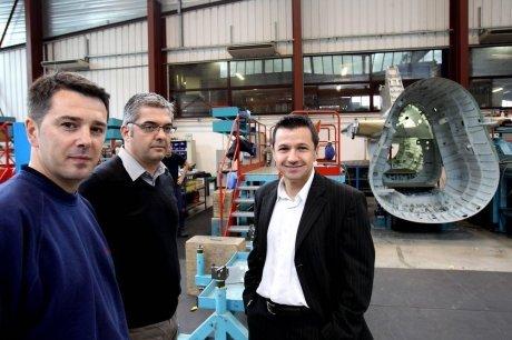 Michel Lapeyre, préparateur méthode, et Olivier Ballèvre, directeur logistique eux côtés de Mikel Charritton,